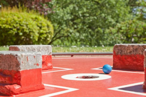 Un minigolf, des tables de ping pong, un salto trampoline