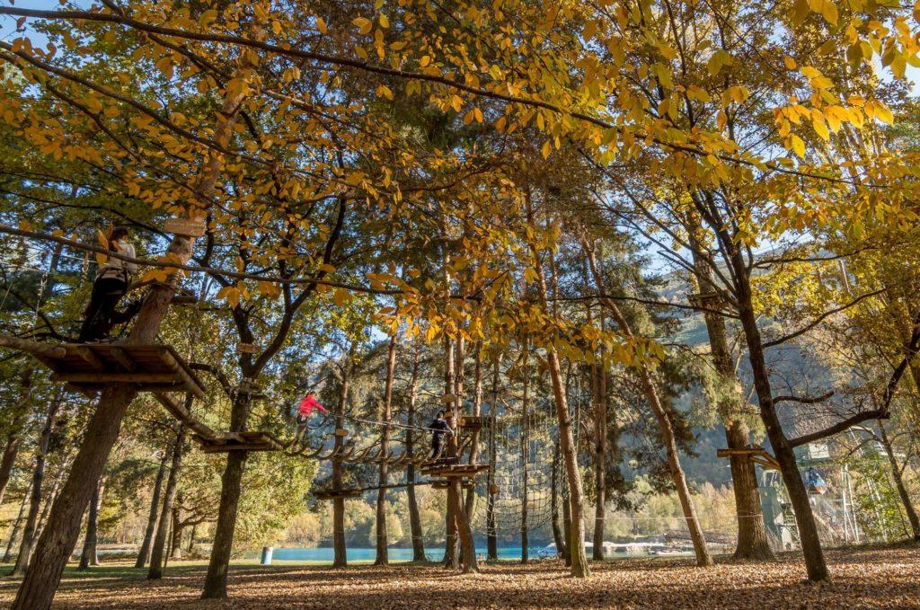 En automne, le Parc de Sion se pare de jaune. © Parc Aventure / J. Grasset